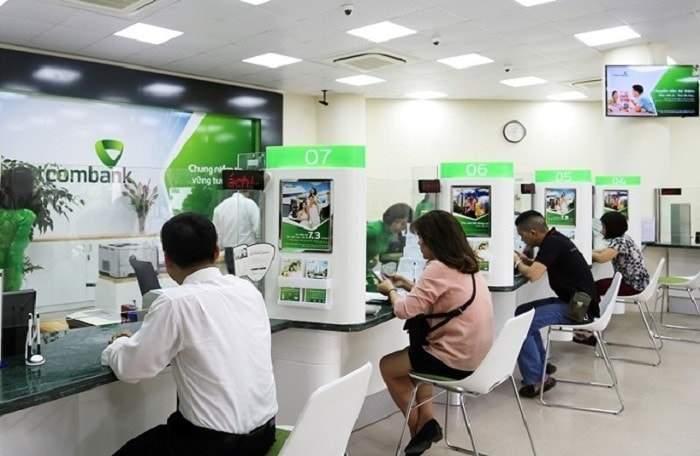 Đến ngân hàng để xin cấp lại mật khẩu thẻ ATM Vietcombank
