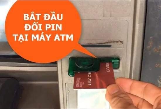 Đưa thẻ ATM Agribank vào khe đọc thẻ