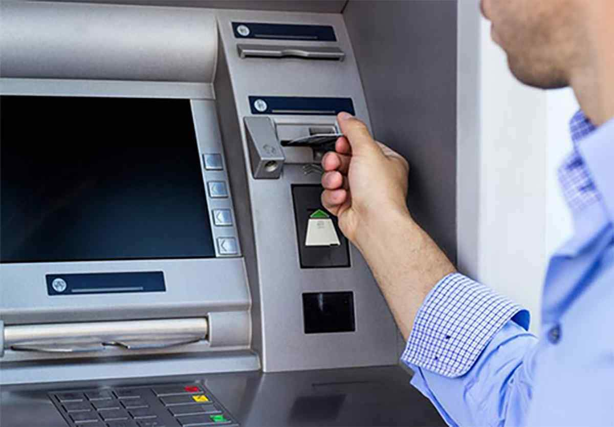 Đưa thẻ vào máy ATM