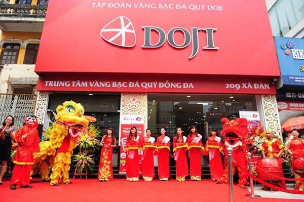 Mua vàng bạc tại cửa hàng DOJI Hà Nội